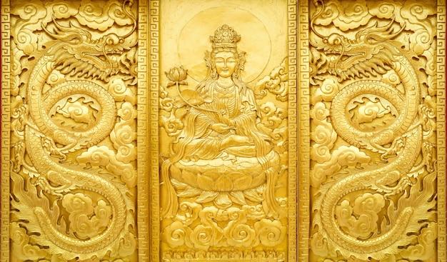Schließen sie herauf das handwerk, das mit goldfarbe des guan yin-porzellangottes hölzern ist