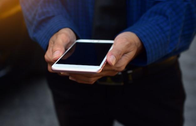 Schließen sie herauf den geschäftsmann, der intelligente telefontechnologie hält