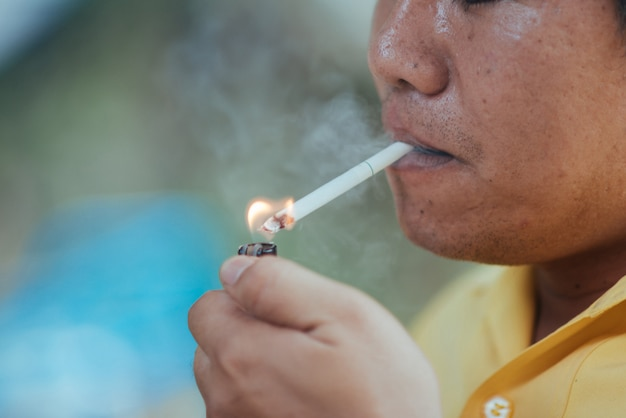 Schließen sie herauf den mann, der eine zigarette raucht