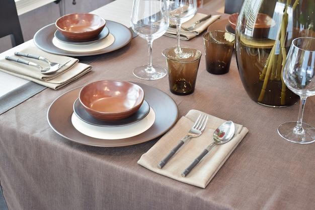 Schließen sie herauf den modernen klassischen speisesatz auf hölzernem speisetische