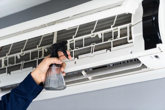 Schließen sie herauf den technikerdienst, der die klimaanlage säubert