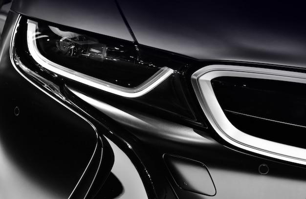 Schließen sie herauf detail über eines der modernen autos der led-scheinwerfer.