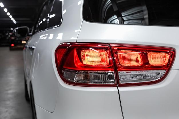 Schließen sie herauf detail über eines des modernen weißen überkreuzungsautos des led-rücklichts. außendetail automobil.