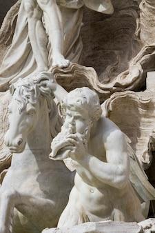 Schließen sie herauf detailansicht am trevi-brunnen in rom, italien