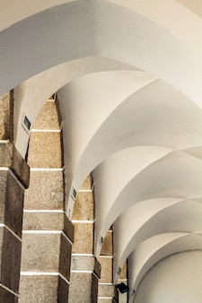 Schließen sie herauf detailansicht eines korridors mit vielen bögen.