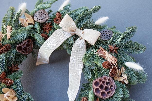 Schließen sie herauf details des weihnachtskranzes gemacht von den natürlichen tannenzweigen.
