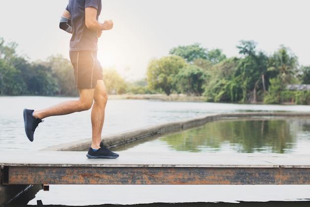 Schließen sie herauf die beine des mannes laufen und trainieren