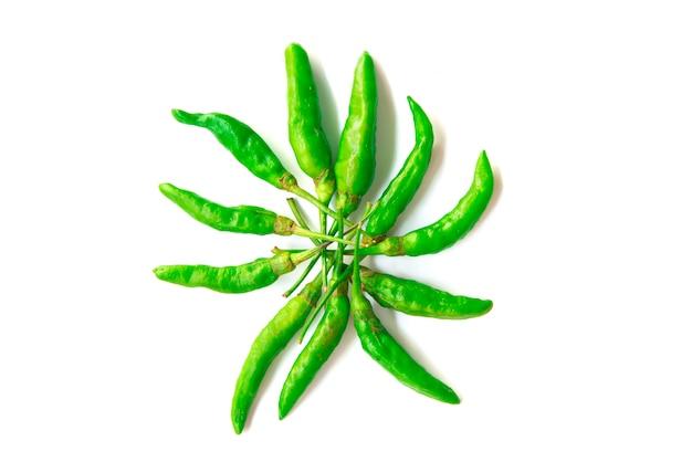 Schließen sie herauf die grünen paprikas, die auf einem weißen hintergrund lokalisiert werden