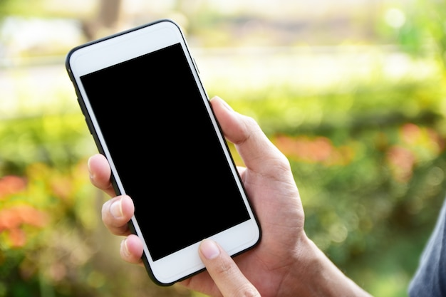 Schließen sie herauf die hand, die bewegliche intelligente telefon-technologieinternet-kommunikation hält