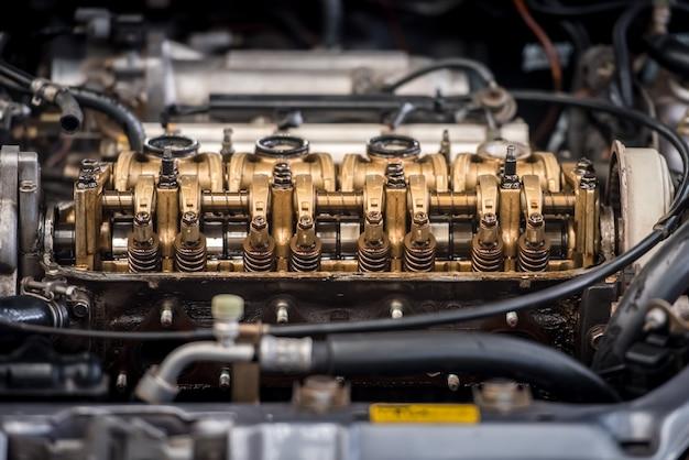 Schließen sie herauf draufsicht des motorteilvorsatzkolbenblocks und des kettengetriebes.