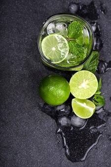Schließen sie herauf draufsicht oder obenliegenden schuss des frischen mojito cocktails