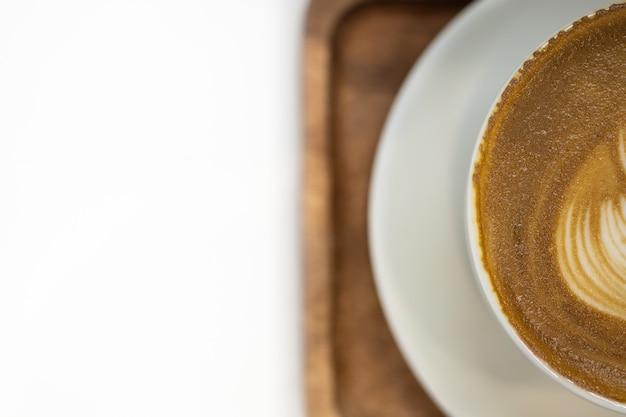Schließen sie herauf draufsicht von haft weißer schale heißem kaffee latte