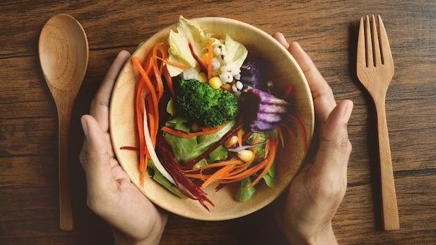 Schließen sie herauf eine salatschüssel, gesunde organische pflanzliche lebensmittel des strengen vegetariers, oben genannter oder draufsicht obenliegender schuss