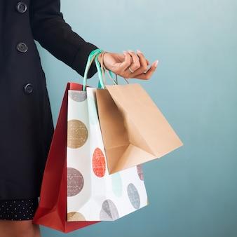 Schließen sie herauf einkaufstaschen auf der hand der frau. einkaufskonzept, black friday