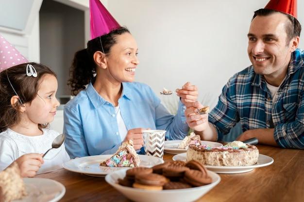 Schließen sie herauf familie, die kuchen isst
