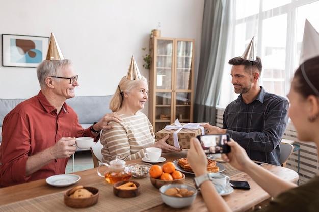 Schließen sie herauf familie, die partyhüte trägt