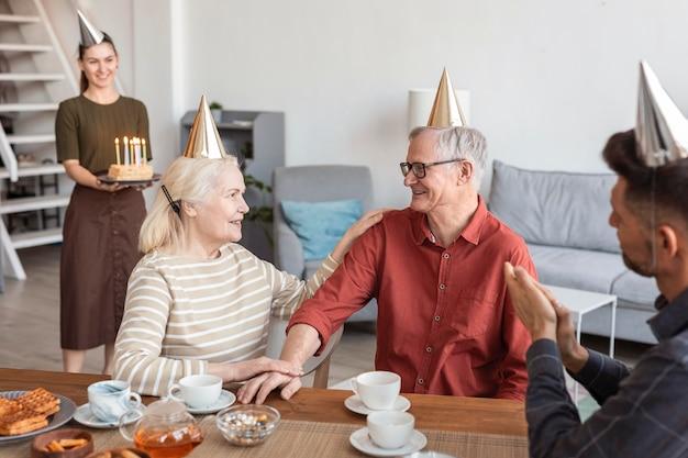 Schließen sie herauf familie mit partyhüten