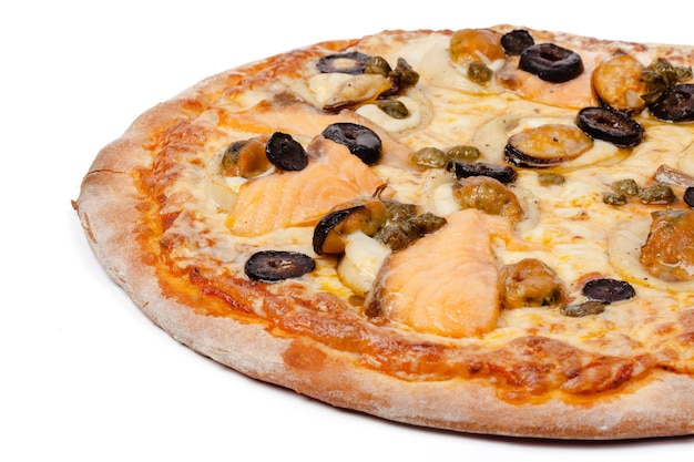 Schließen sie herauf foto der frischen pizza lokalisiert auf weißem hintergrund