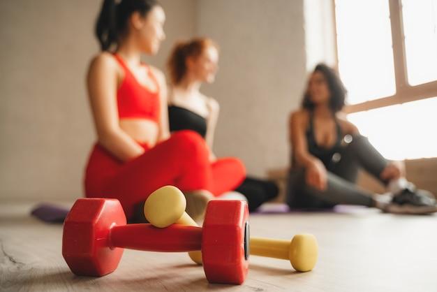 Schließen sie herauf foto der hanteln im fitnessstudio. intensives fitnesstraining im industriellen loft-fitnessstudio.