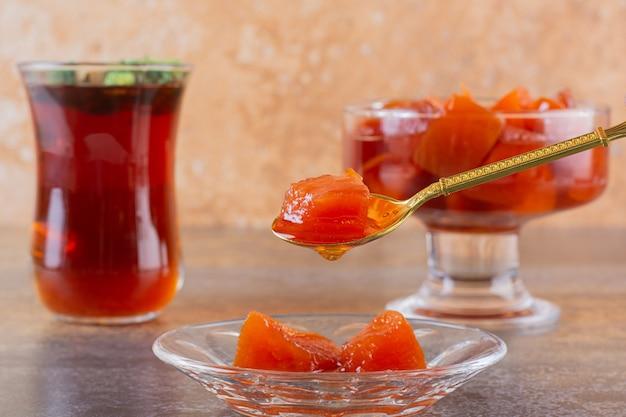 Schließen sie herauf foto der hausgemachten marmelade mit duftendem tee