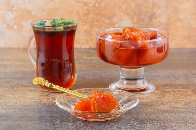 Schließen sie herauf foto der hausgemachten marmelade wot tasse tee auf rustikal