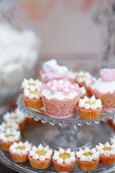 Schließen sie herauf foto der köstlichen goldenen süßen tabelle mit kleinen kuchen
