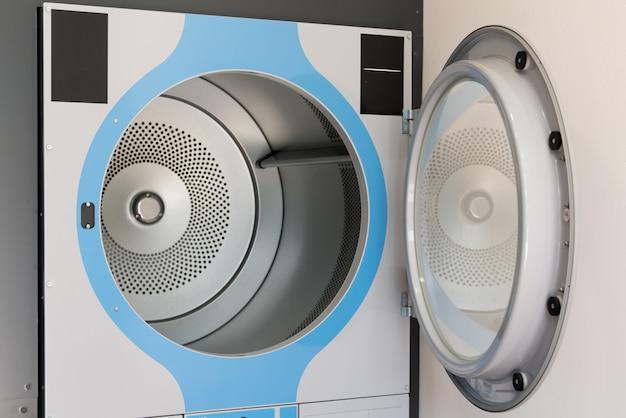 Schließen sie herauf foto der neuen offenen haustürwaschmaschine