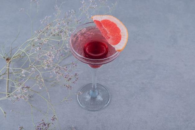 Schließen sie herauf foto des frischen hausgemachten cocktails