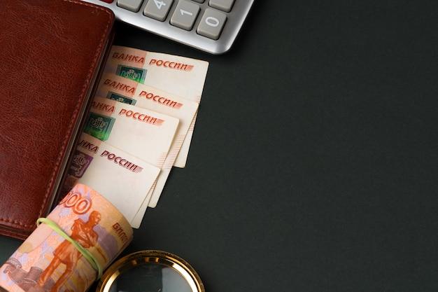 Schließen sie herauf foto des stapels russischer geldrubel mit taschenrechner