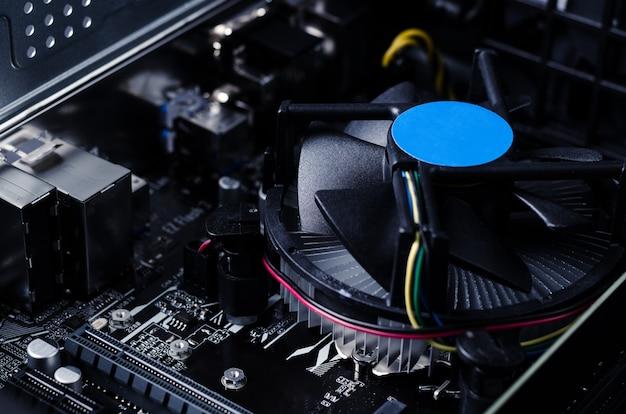 Schließen sie herauf foto mit motherboard des computers und seines fans.