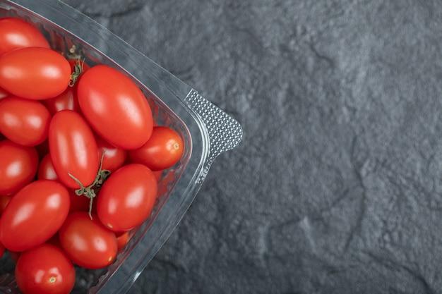 Schließen sie herauf foto von frischen organischen tomaten auf schwarzem hintergrund. hochwertiges foto