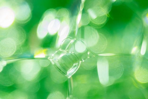 Schließen sie herauf foto von grünen transparenten seifenblasen und von schaum. abstrakter hintergrund, selektiver fokus, defokussiertes bild, bokeh hintergrund.
