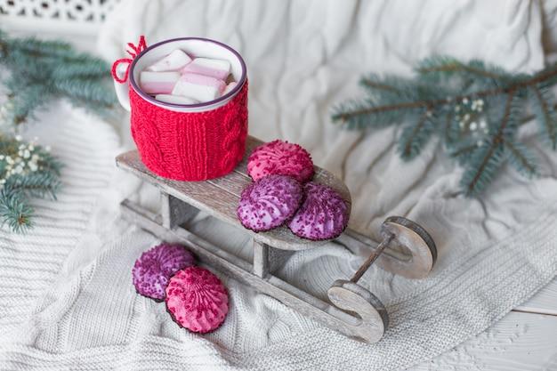 Schließen sie herauf foto von kaffee cappucino auf hölzernem hintergrund mit weihnachtsdekorationen