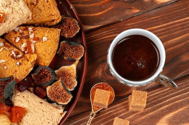 Schließen sie herauf foto von türkischen nationalen desserts mit tasse kaffee