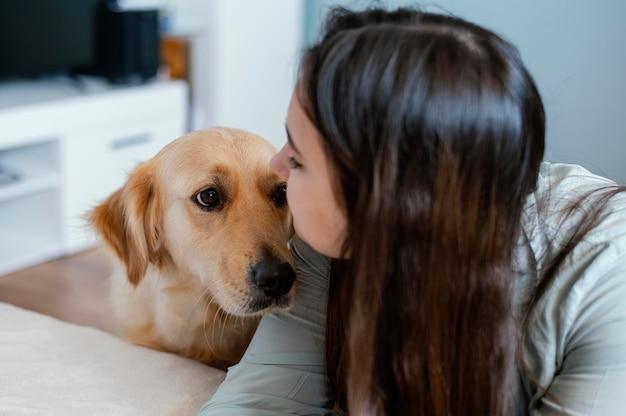 Schließen sie herauf frau, die hund küsst