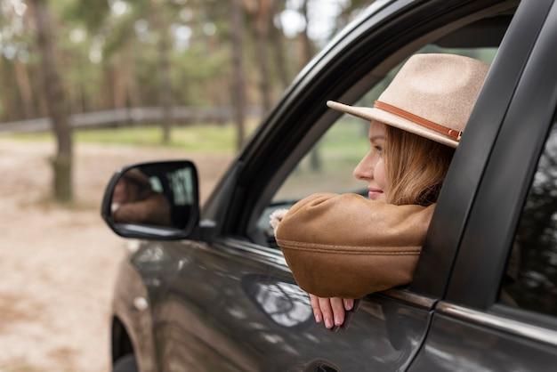 Schließen sie herauf frau, die im auto sitzt