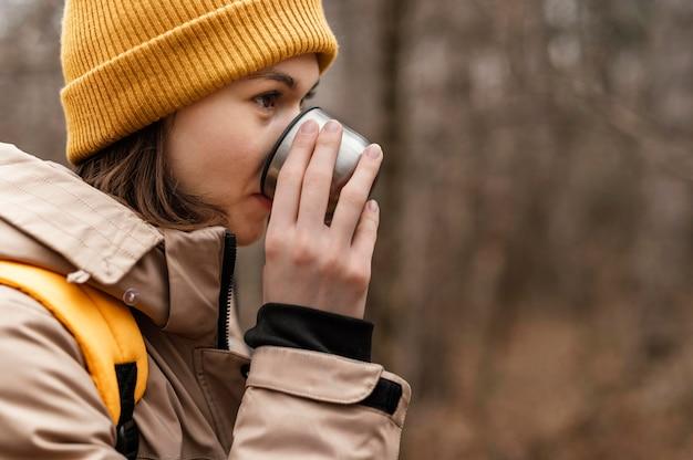 Schließen sie herauf frau, die kaffee trinkt