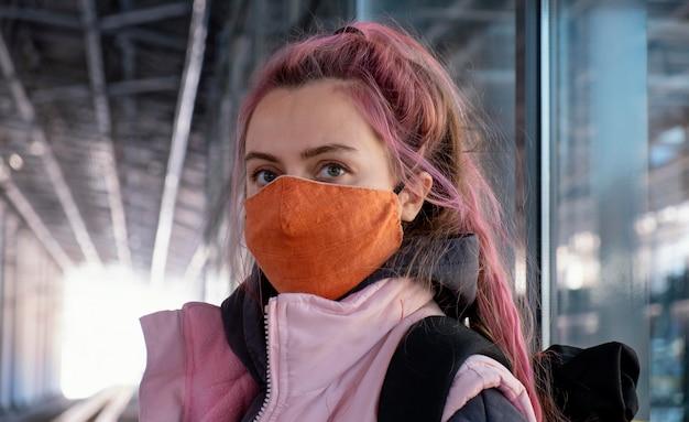 Schließen sie herauf frau, die maske trägt