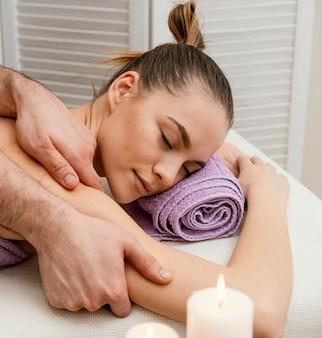 Schließen sie herauf frau, die massage empfängt