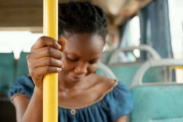 Schließen sie herauf frau, die mit dem bus reist