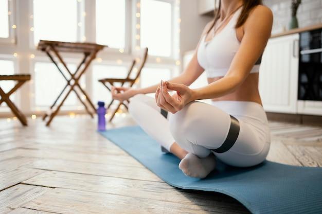 Schließen sie herauf frau, die zu hause meditiert