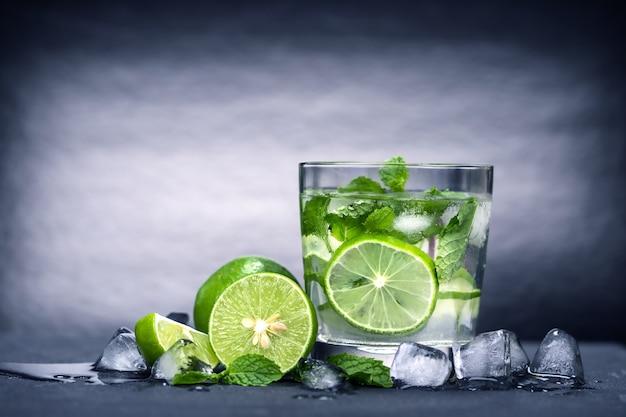 Schließen sie herauf frisches mojito cocktail