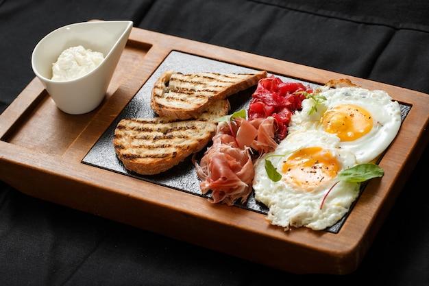 Schließen sie herauf frühstückseier und toastmarmelade und -käse