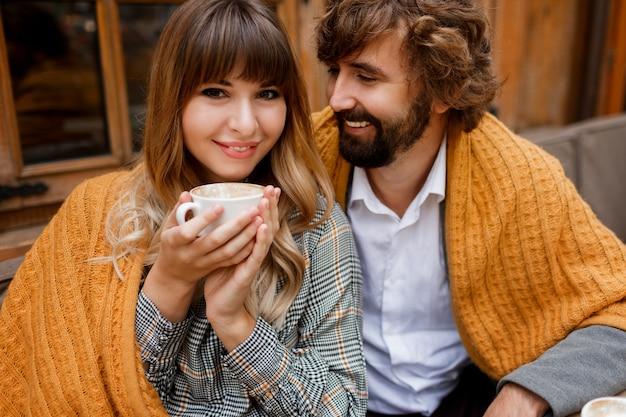 Schließen sie herauf gemütliches warmes porträt des glücklichen umarmenden paares in der liebe.