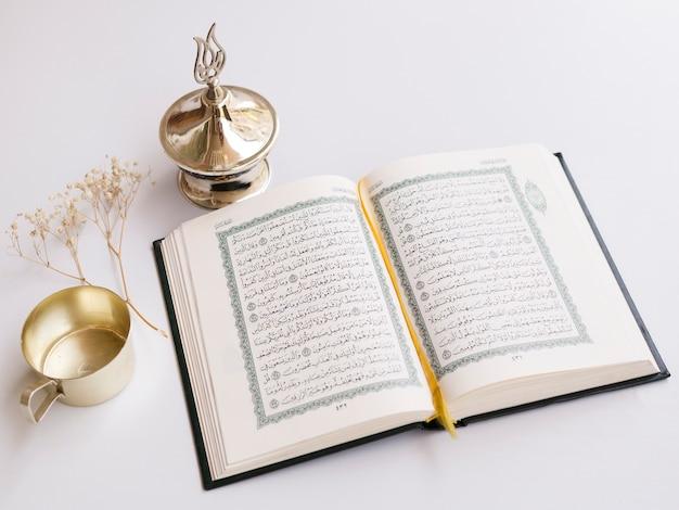 Schließen sie herauf geöffneten quran auf tabelle