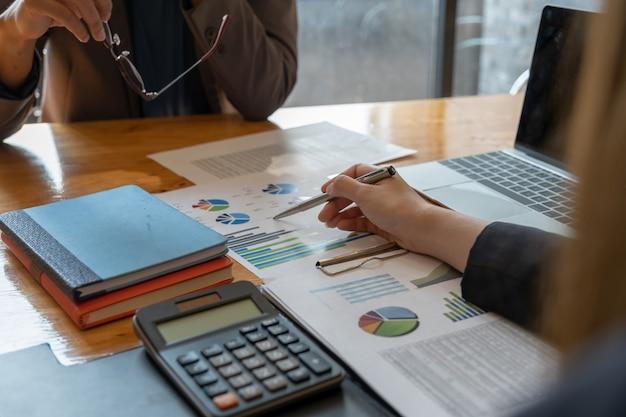 Schließen sie herauf geschäftsfrau und partner besprechen sich über budgetplan, steuer, buchhaltung, statistiken