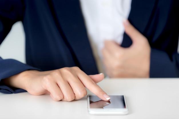 Schließen sie herauf geschäftsfrauhände unter verwendung des smartphone auf anzeige des leeren bildschirms
