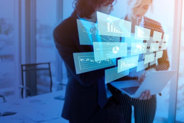 Schließen sie herauf geschäftsleute sind analysegeschäftsbericht mit digitalem virtuellem bildschirm, geschäftsfinanzhintergrund