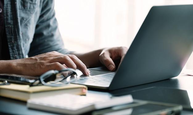 Schließen sie herauf geschäftsmann mit laptop-computer
