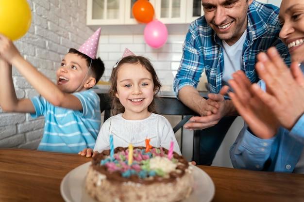 Schließen sie herauf glückliche familie, die geburtstag feiert